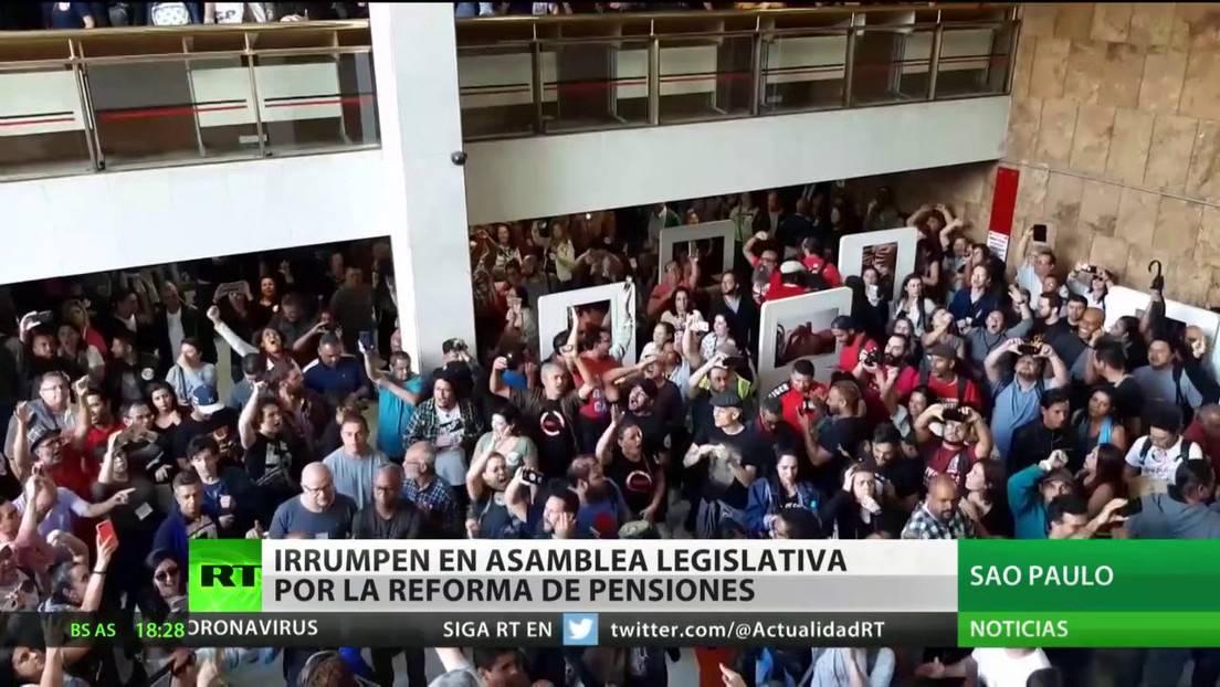 Manifestantes irrumpen en la Asamblea Legislativa de Sao Paulo en protesta por la reforma de pensiones (Vídeo)