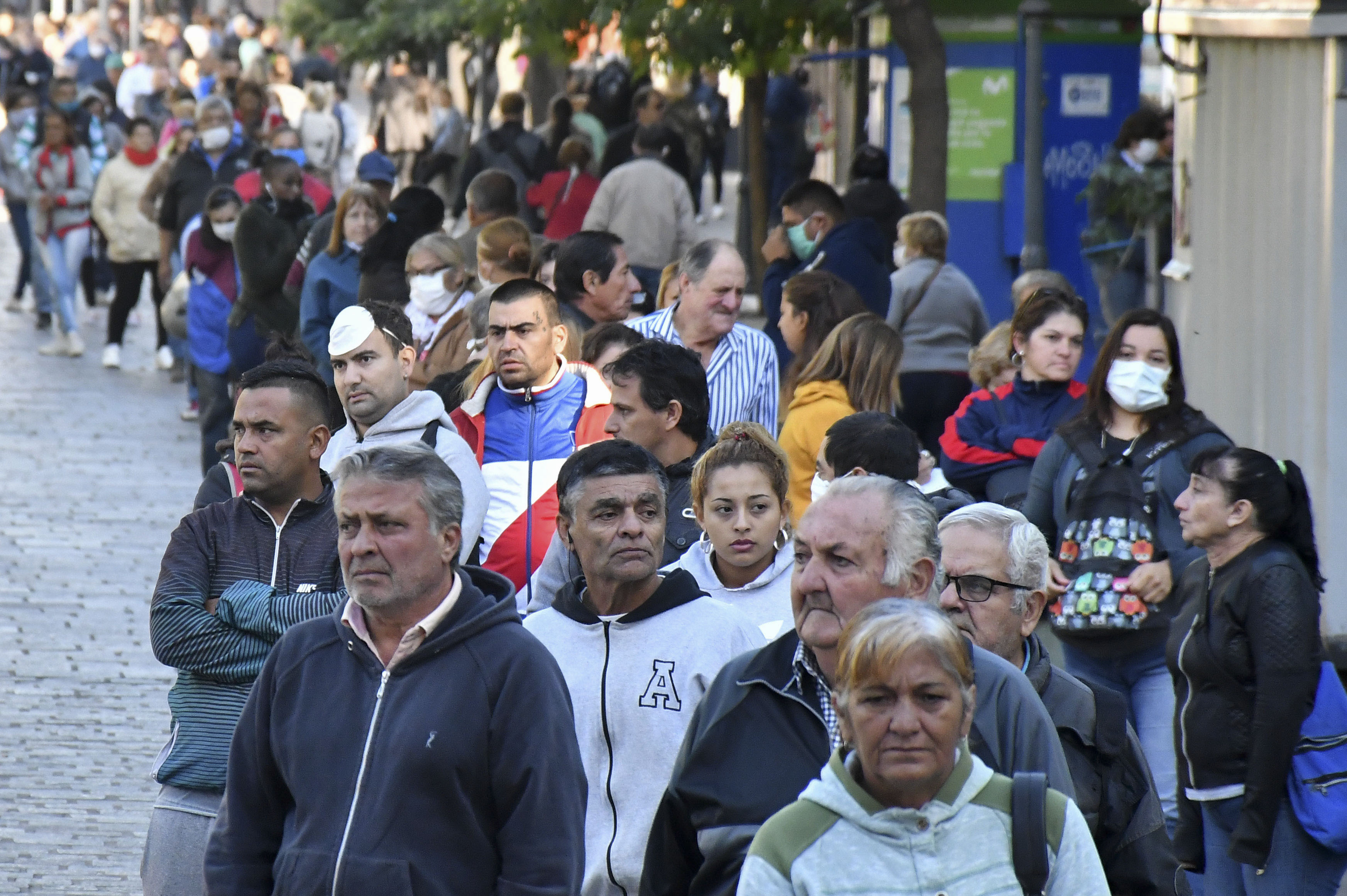 Miles de jubilados se agolpan ante los bancos argentinos y se exponen a un contagio masivo